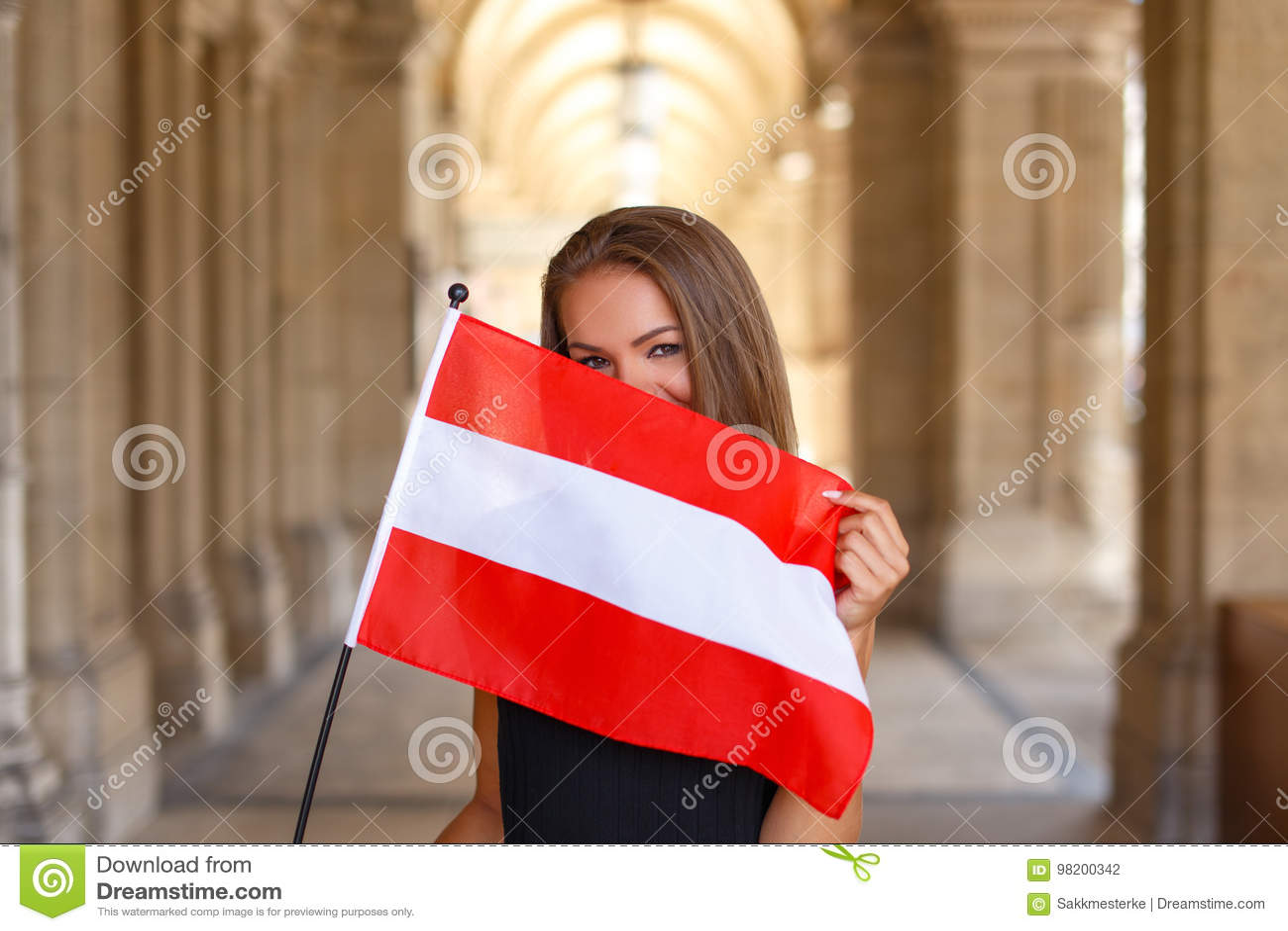 Download Счастливая молодая женщина покрывая ее сторону с австрийским флагом Стоковое Фото - изображение насчитывающей флаг, естественно: 98200342
