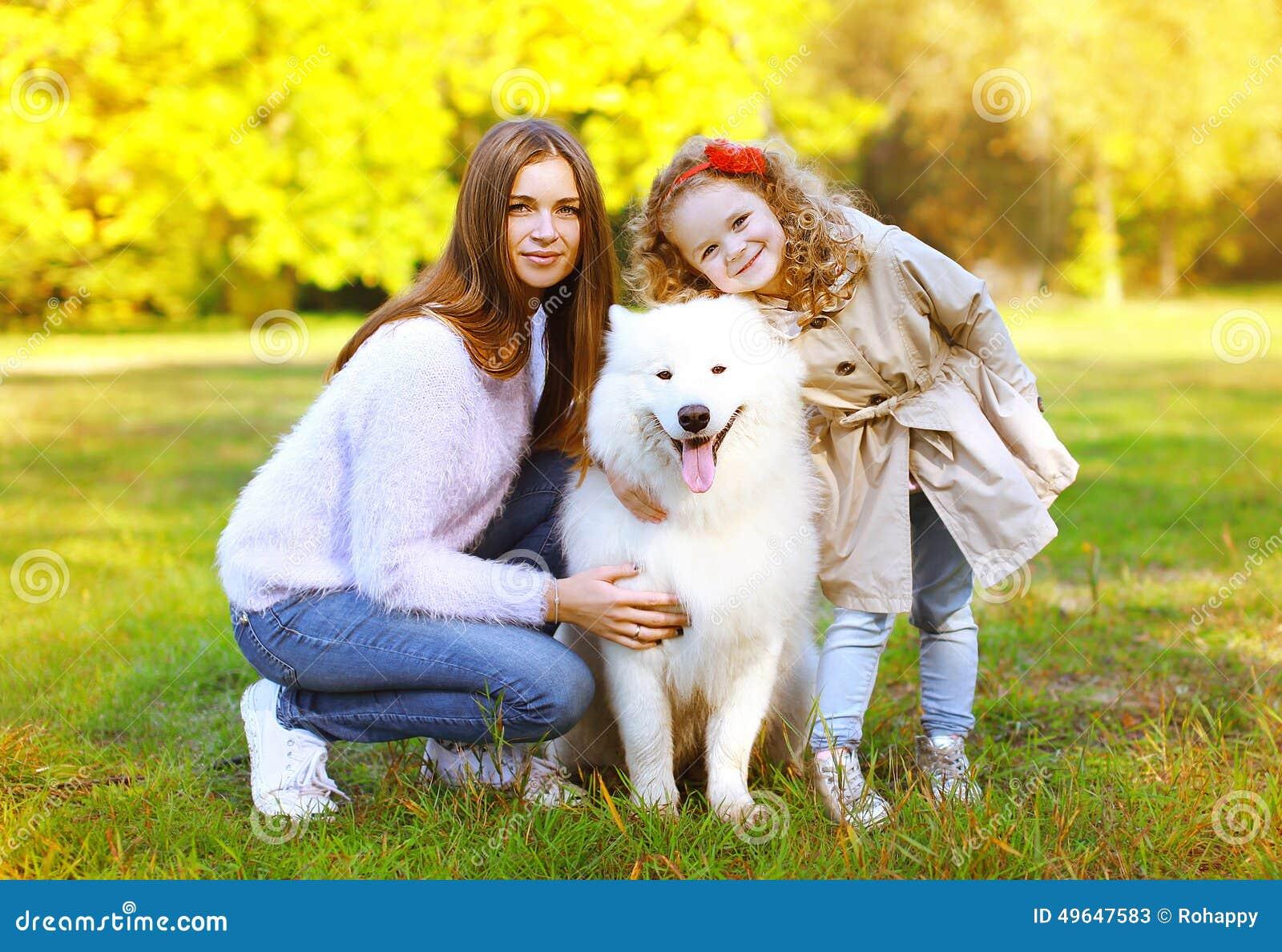 Счастливая осень семьи, мать портрета довольно молодые и ребенок идут