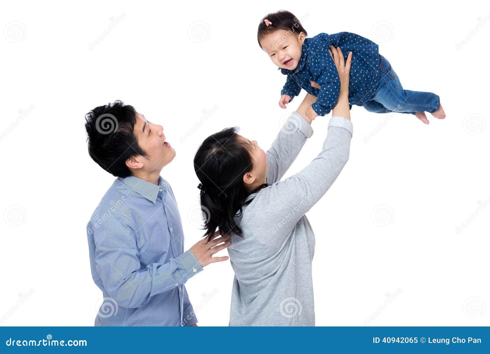 Счастливая семья Азии с ребёнком бросает вверх