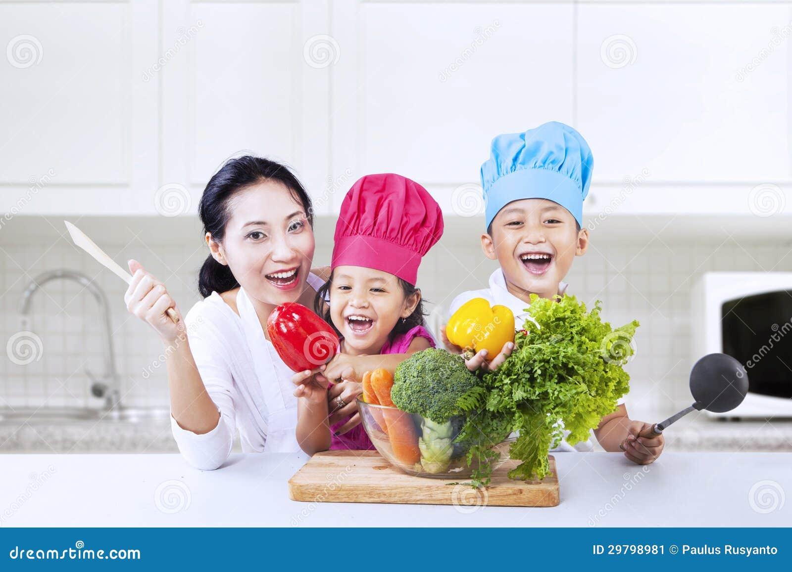 Счастливый кашевар семьи в кухне