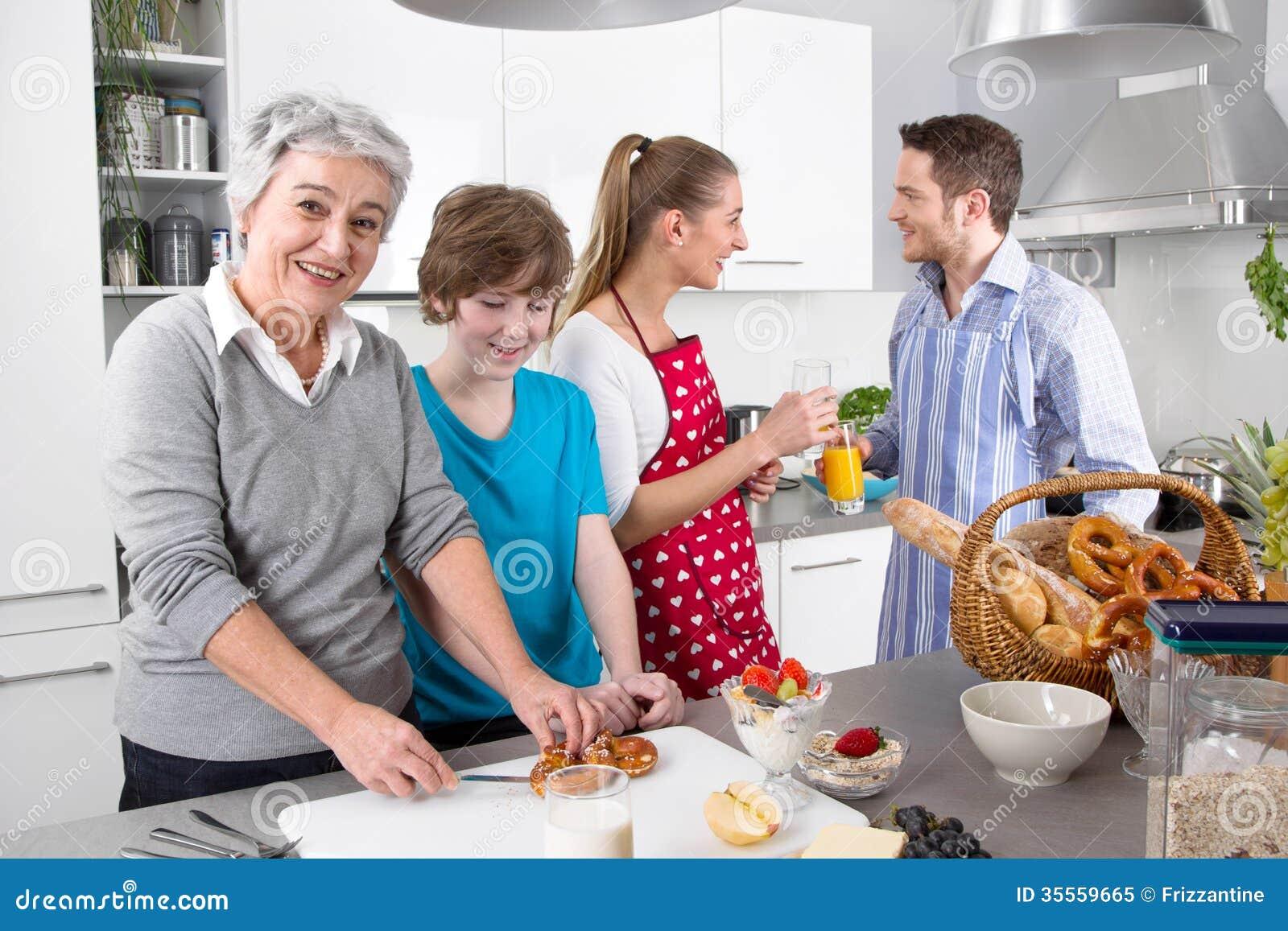 С бабушкой на кухне 11 фотография