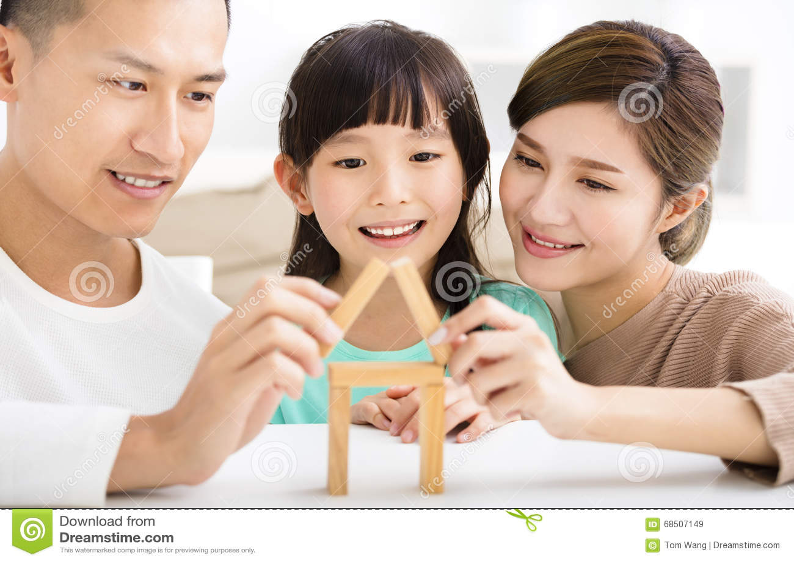 Счастливая семья играя с блоками игрушки