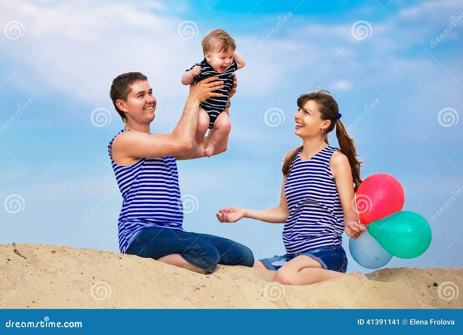 Счастливая семья в лесу - мама, папа и две девочки 38