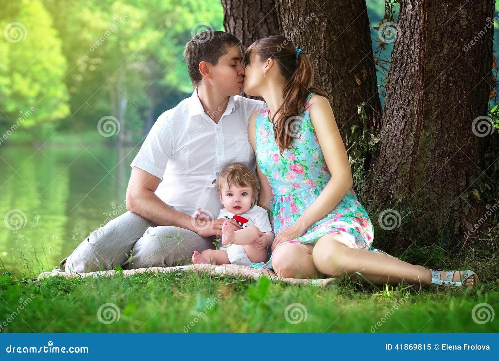 Счастливая семья в лесу - мама, папа и две девочки 45