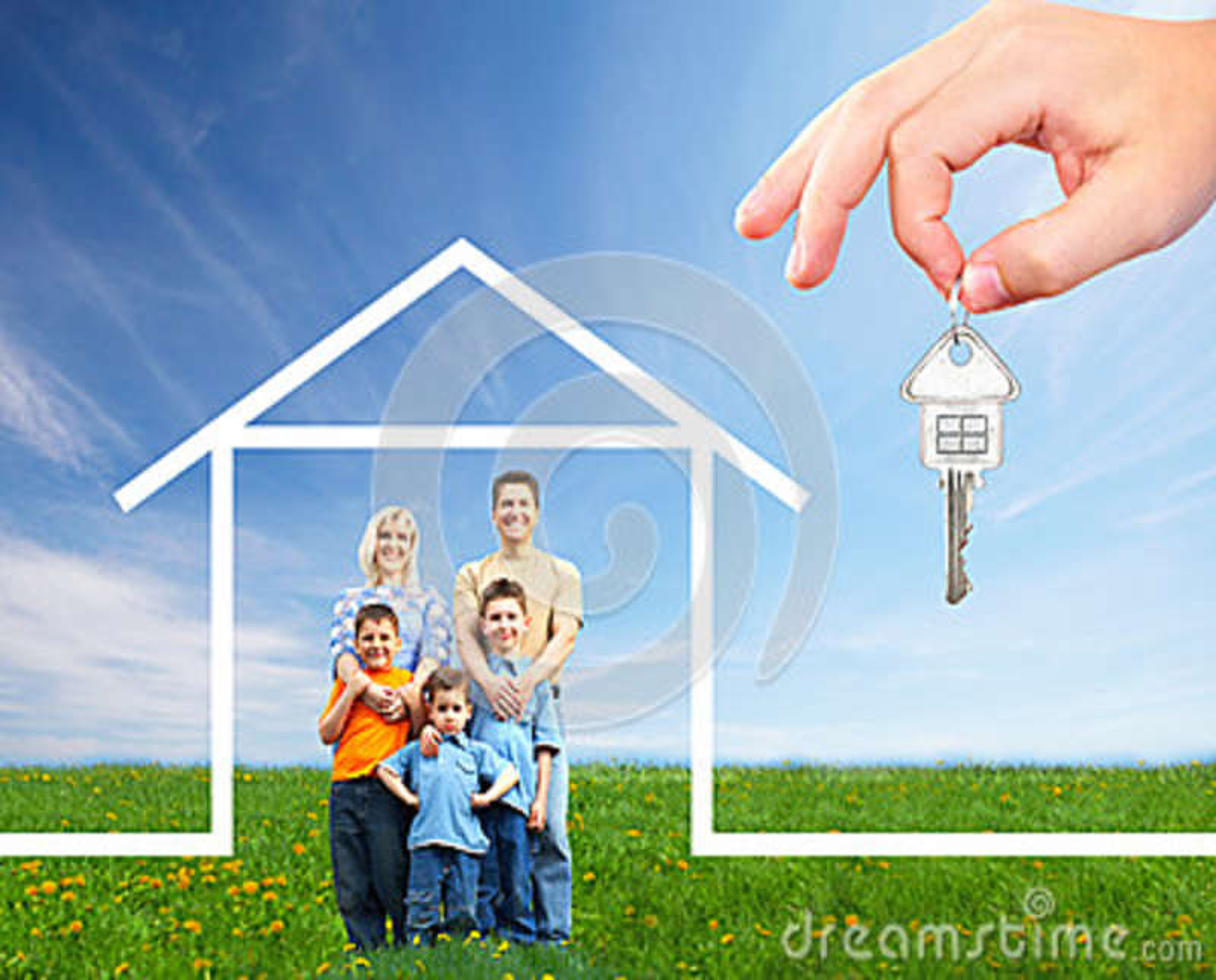 Счастливая семья около нового дома