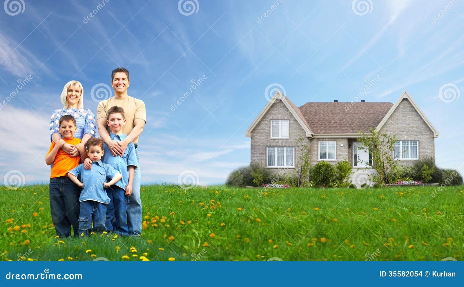 Счастливая семья около нового дома.