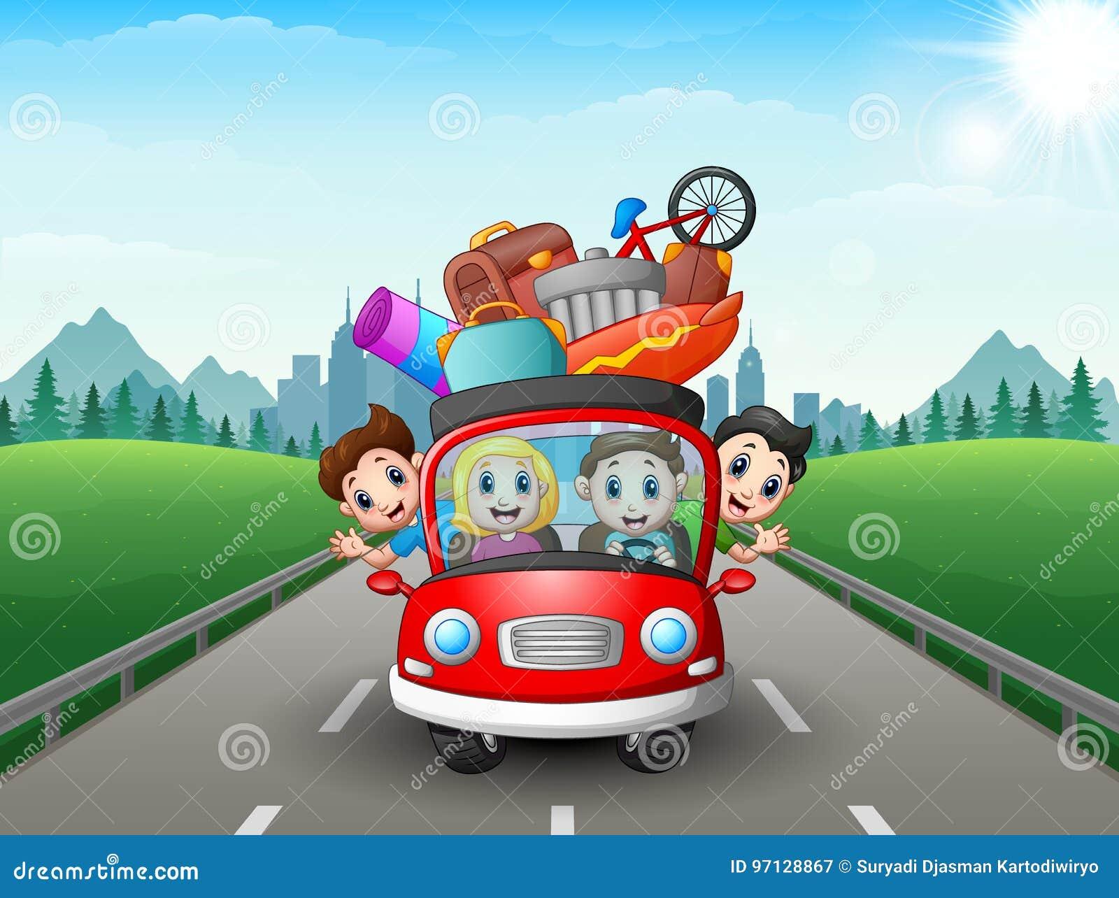 Счастливая семья путешествуя с красным автомобилем