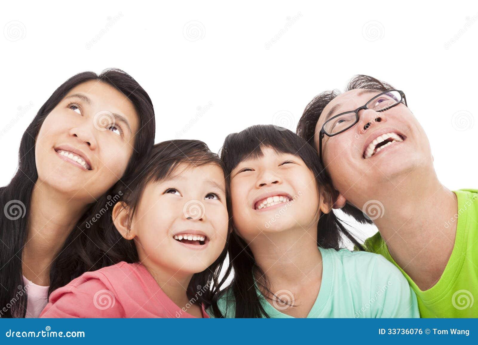 Счастливая семья смотря вверх