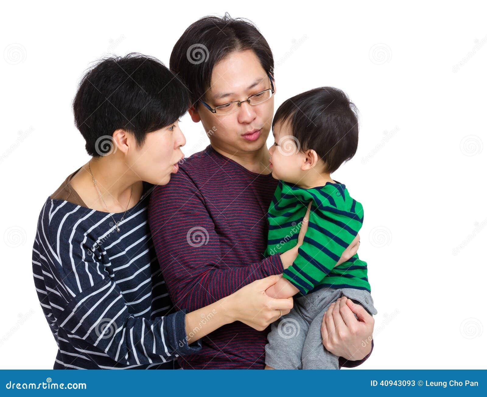 Счастливая семья смотря один другого