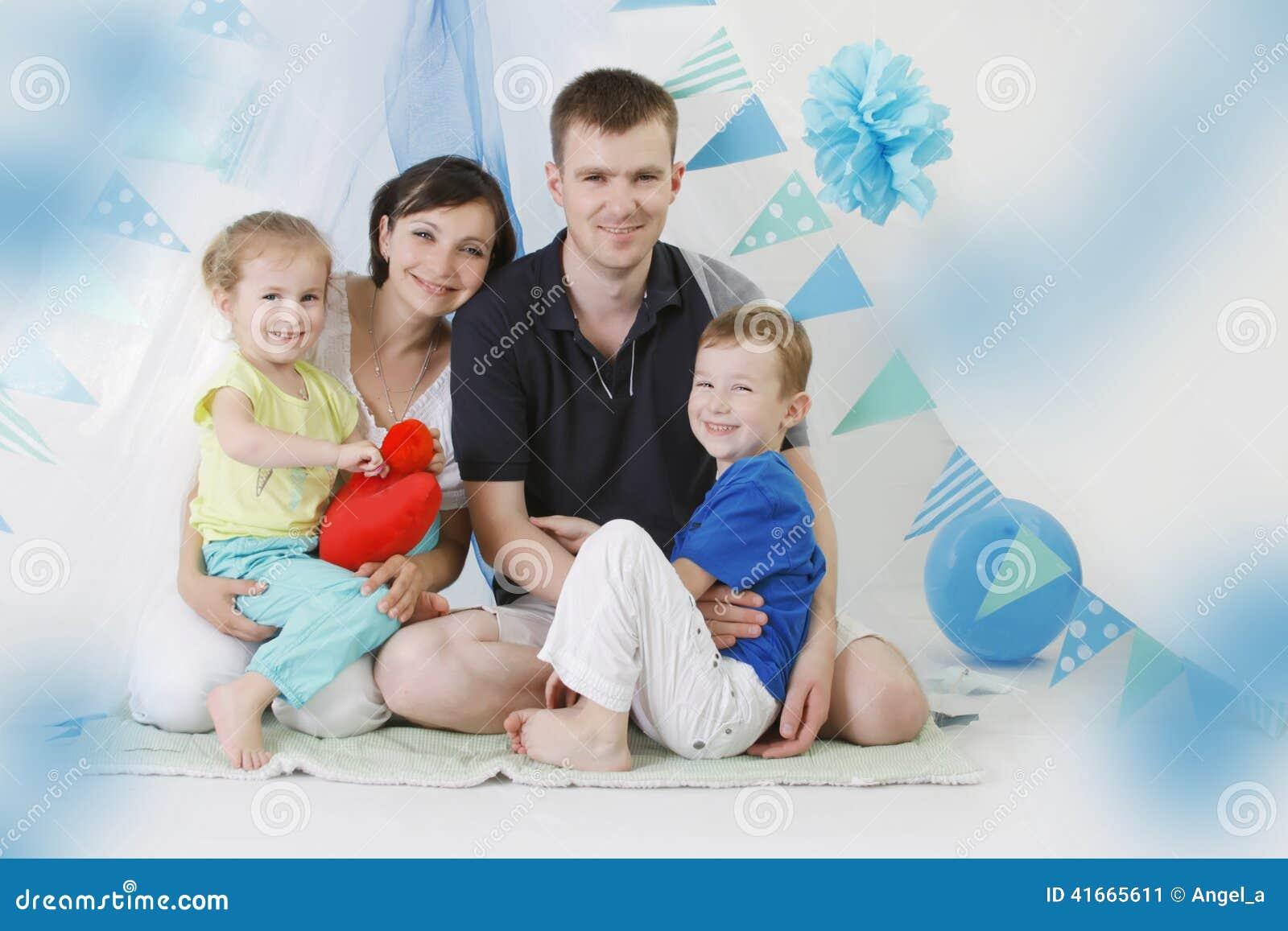 Счастливая семья с 2 детьми в сини