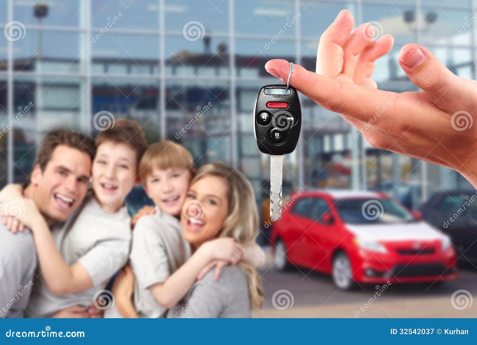 Счастливая семья с ключами новыми автомобиля.