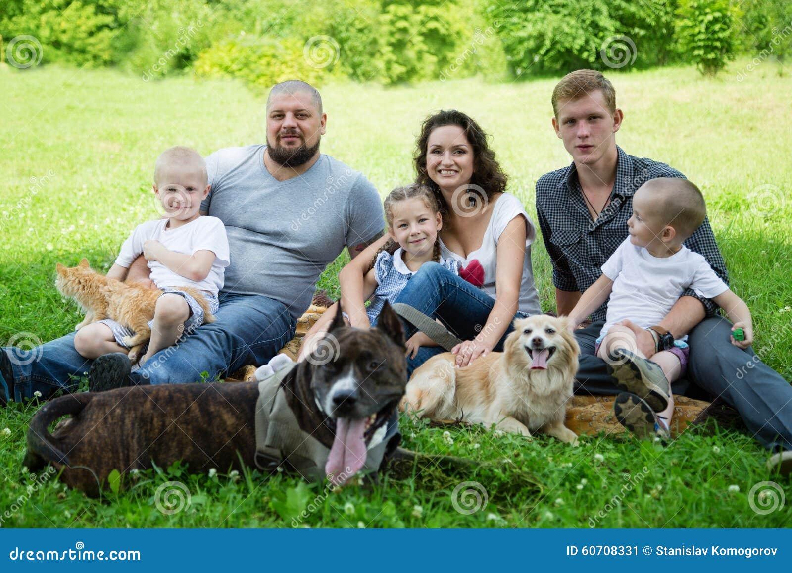 Семья с собакой и котом