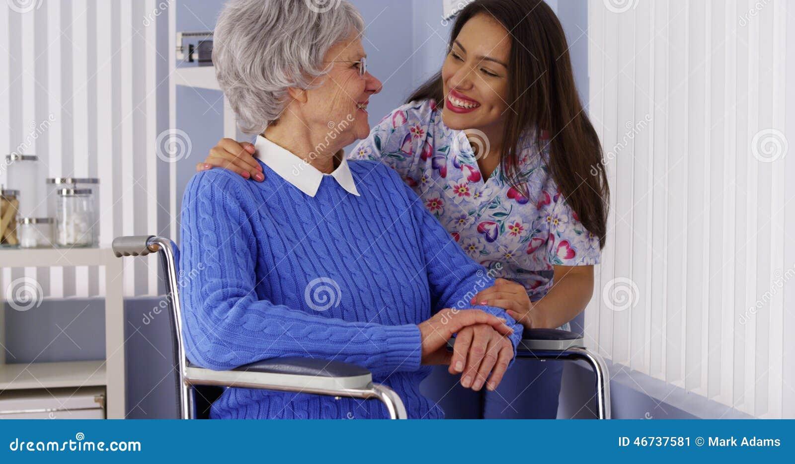 Счастливая старшая женщина с дружелюбным мексиканским попечителем