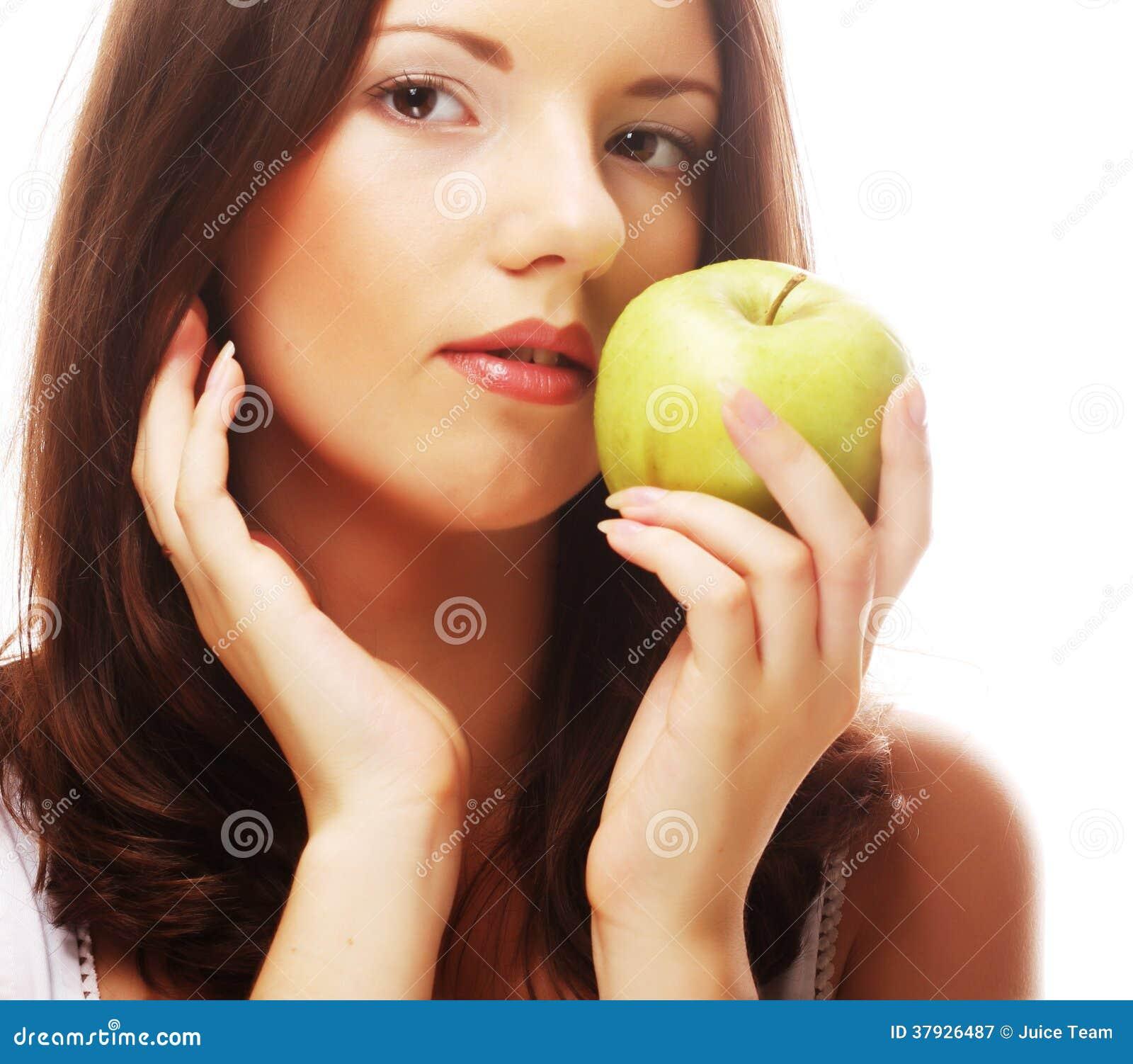 Счастливая усмехаясь женщина при яблоко, изолированное на белизне