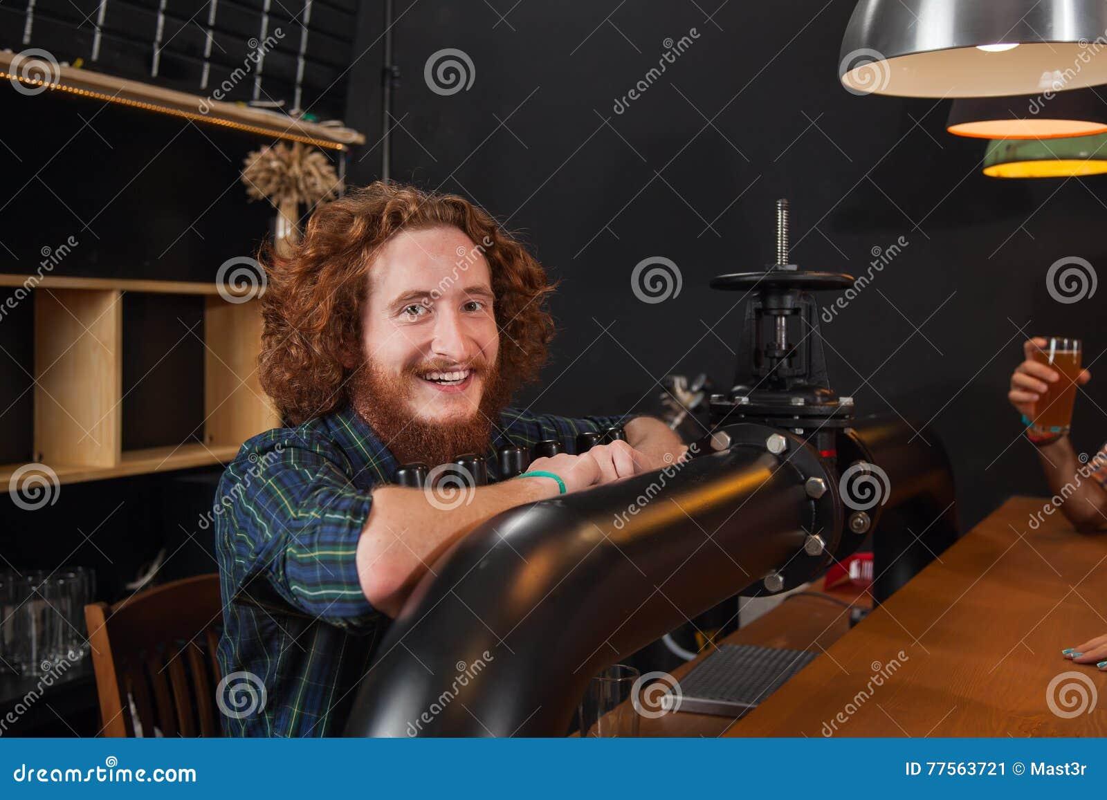 Счастливая усмехаясь стойка бармена на счетчике, сервировке заказа бармена ждать, рабочем месте крана пива рук