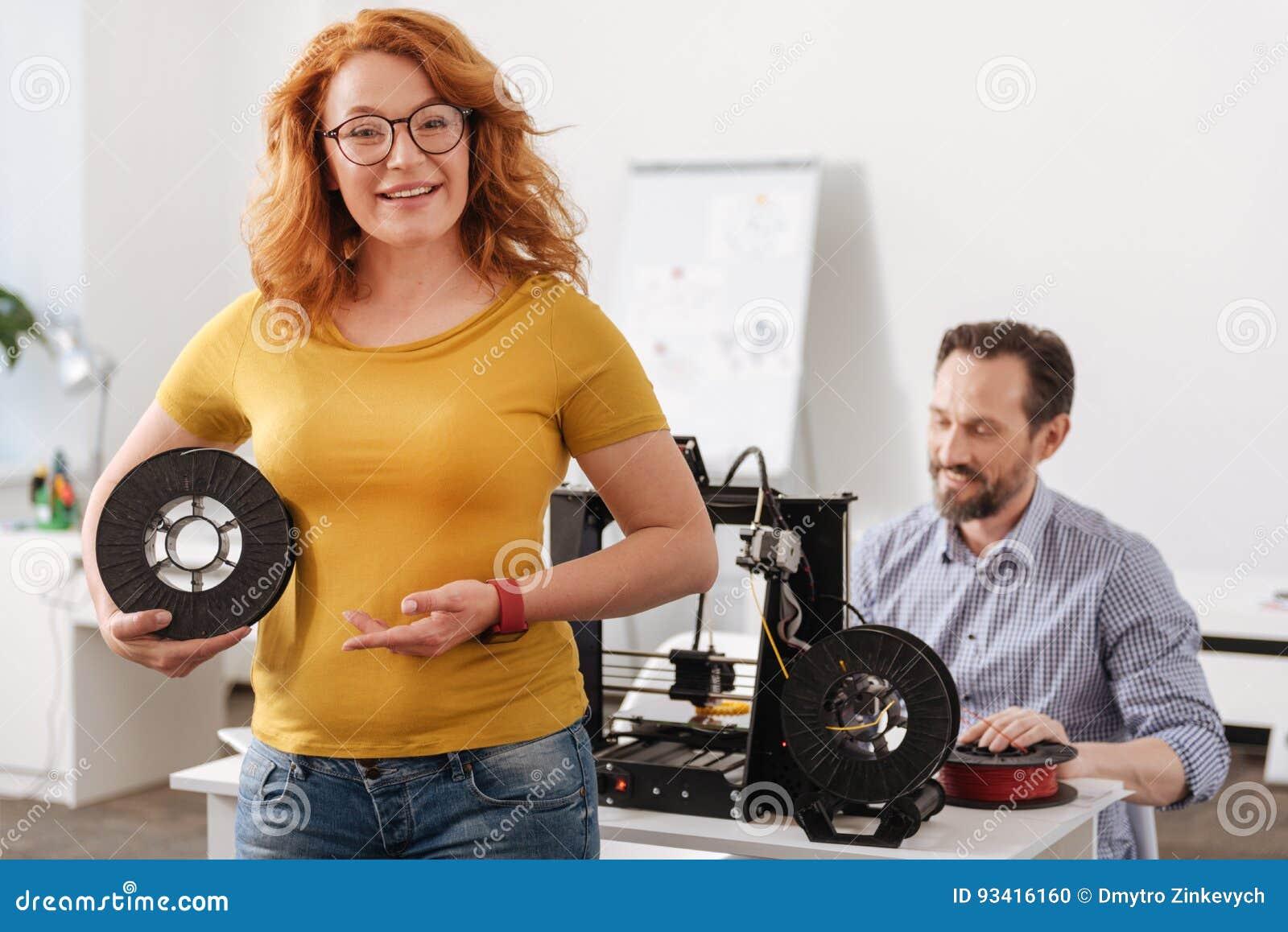Счастливая услаженная женщина показывая вам нить 3d