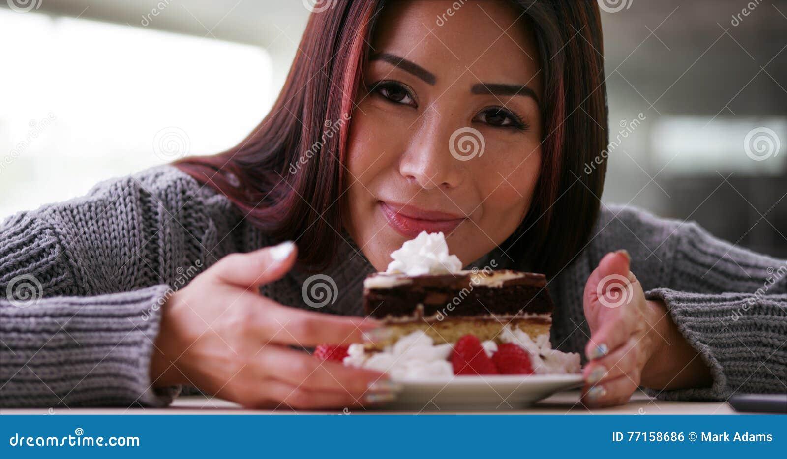 Счастливая японская женщина есть торт дома