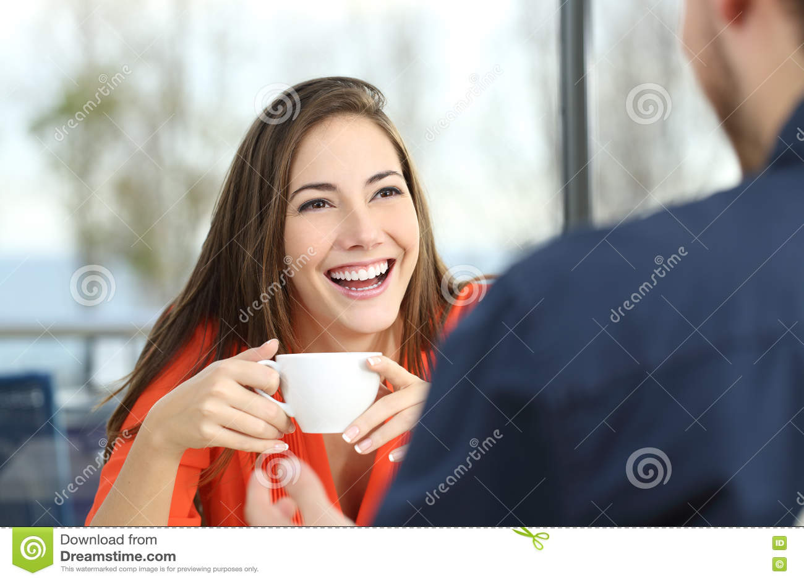 Счастливое датировка женщины в кофейне