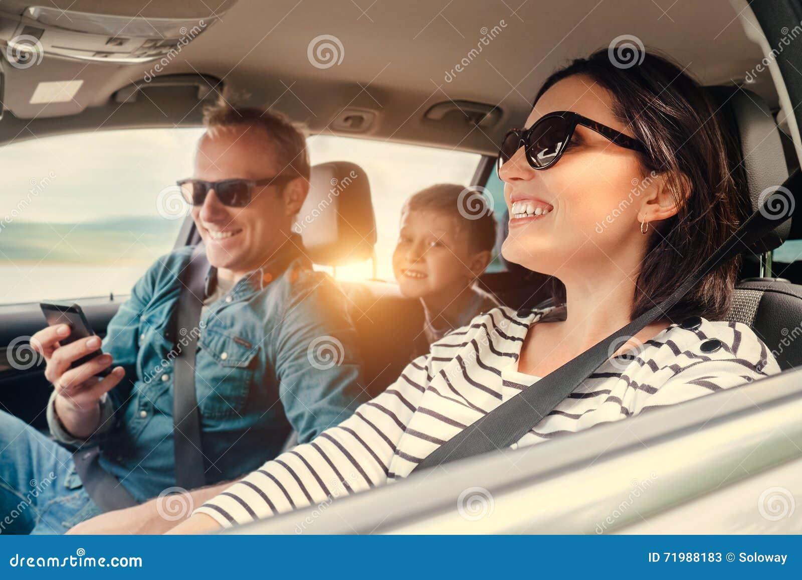 Счастливое катание семьи в автомобиле