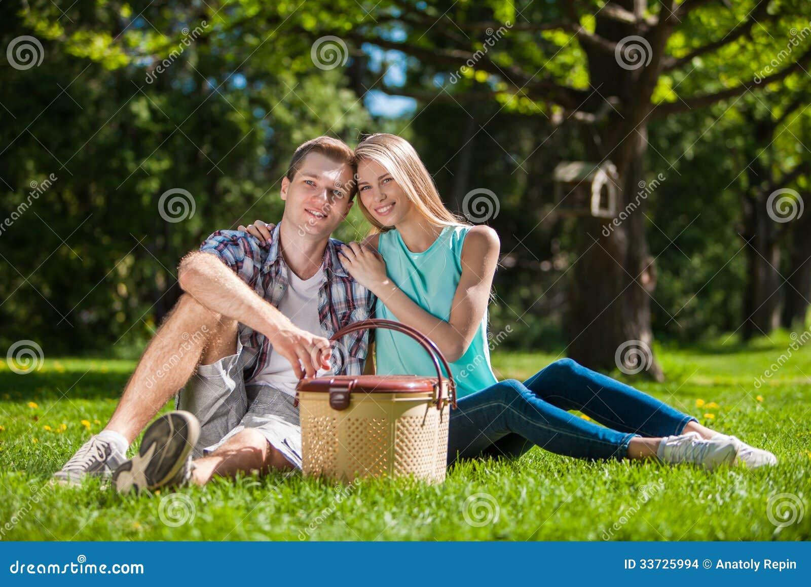 Счастливое молодые люди outdoors