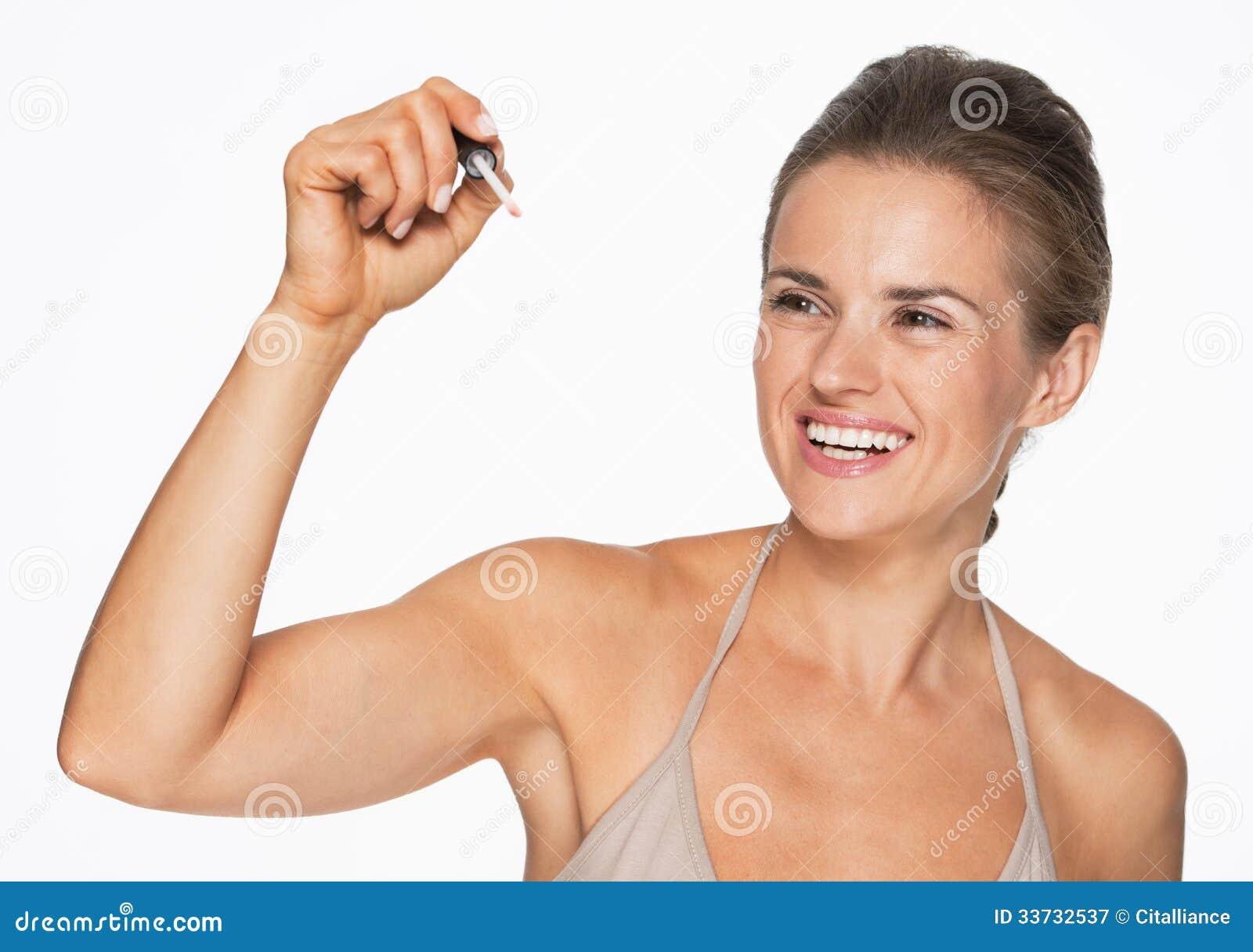 Счастливое сочинительство женщины в воздухе с лоском губы