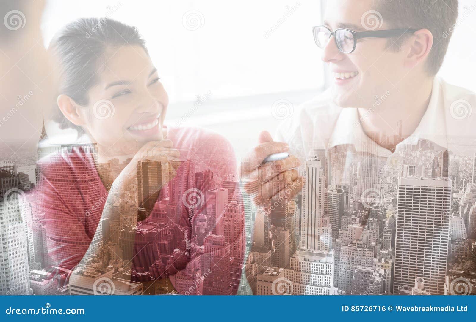 Счастливые бизнесмены в встрече
