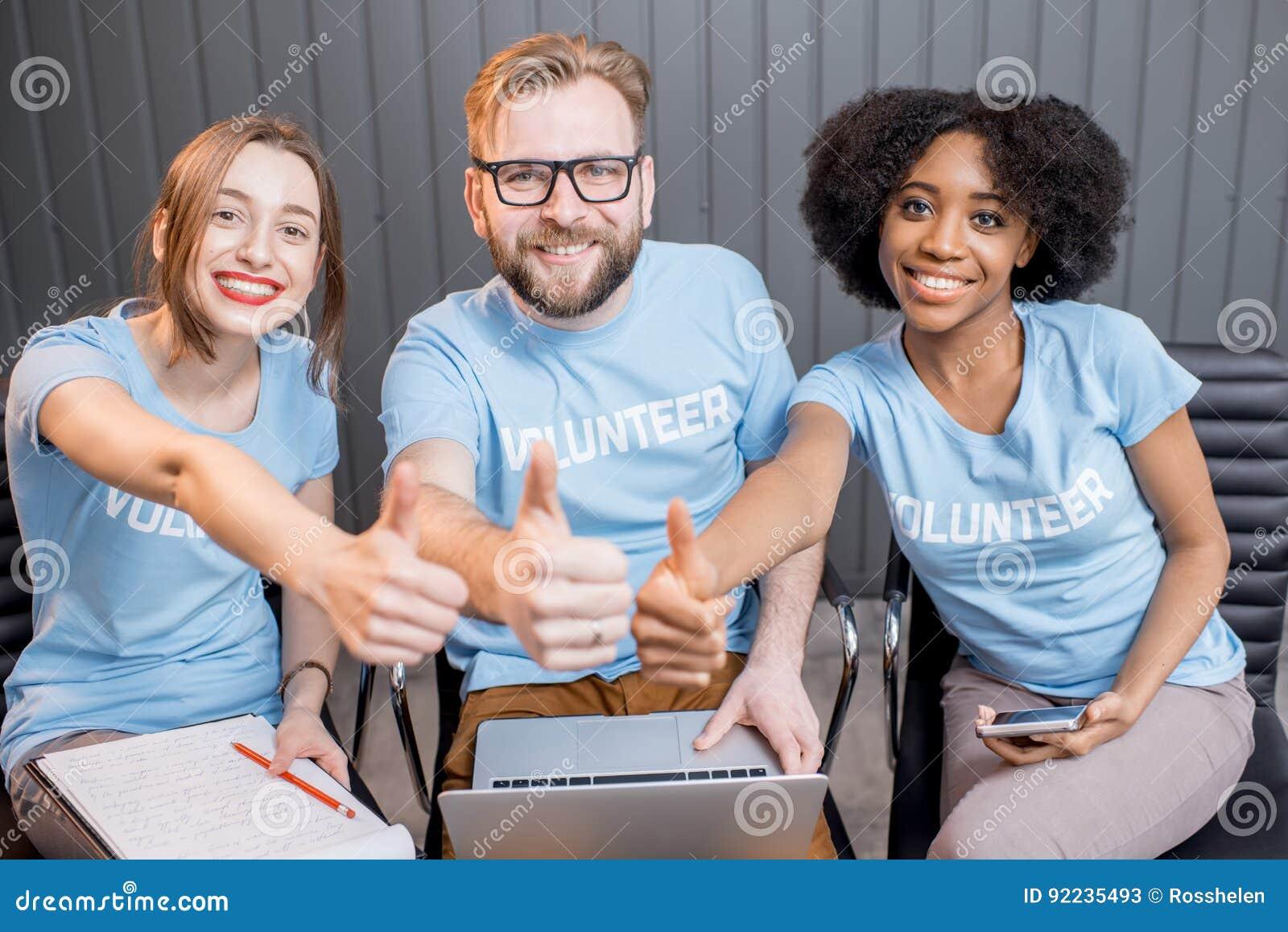Счастливые волонтеры внутри помещения