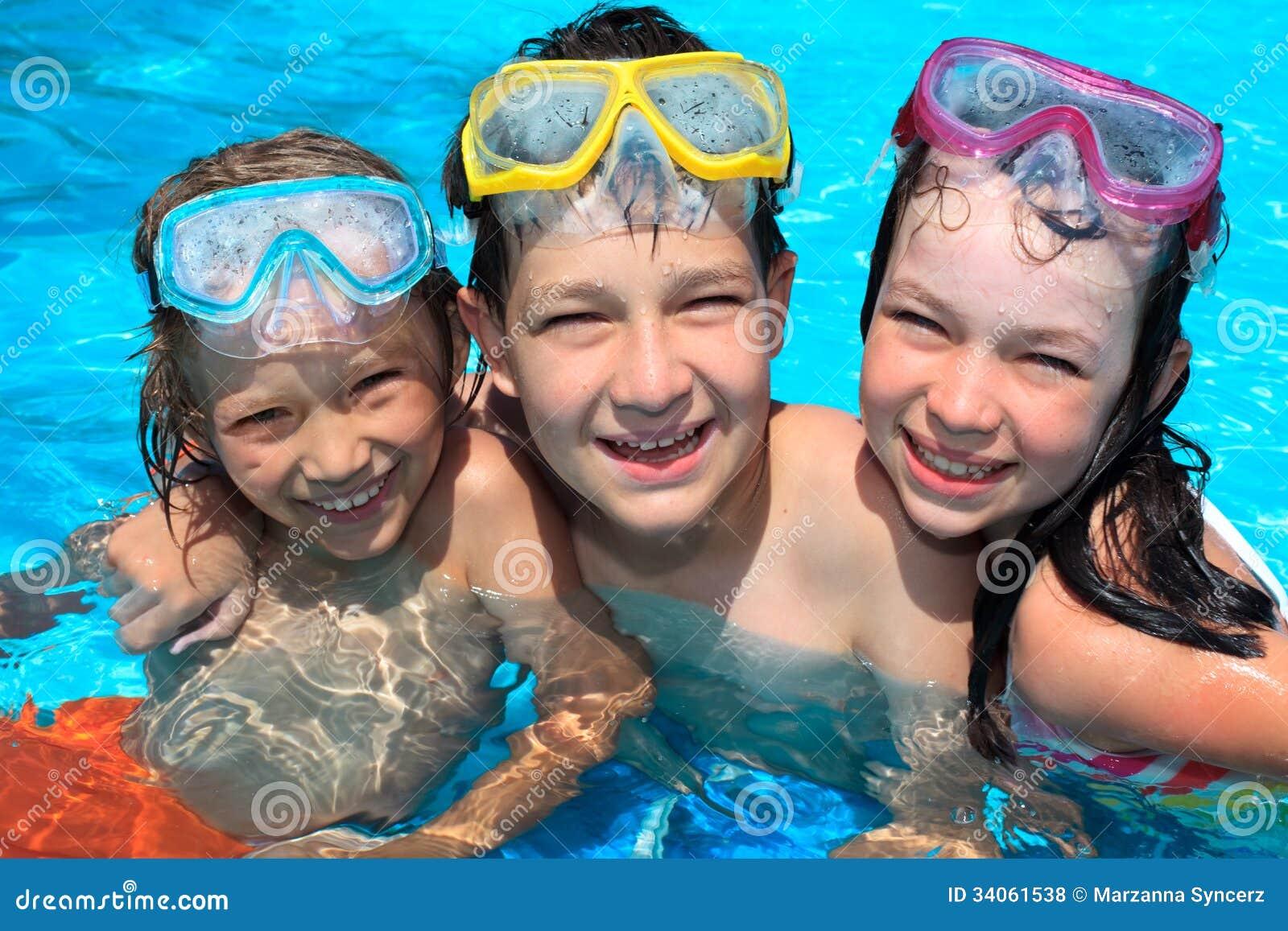Счастливые дети в плавательном бассеине
