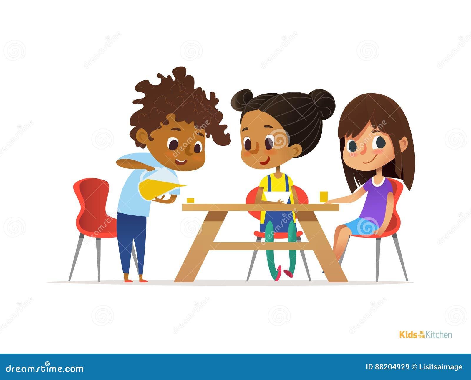 Счастливые дети имея завтрак сами по себе 2 девушки есть еды утра на питье таблицы и мальчика лить в стекло Nutriti ребенка