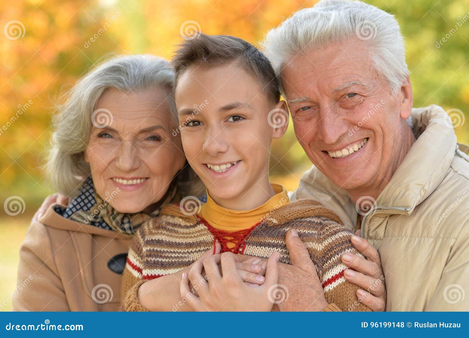 Цулуют бабушка и дедушка