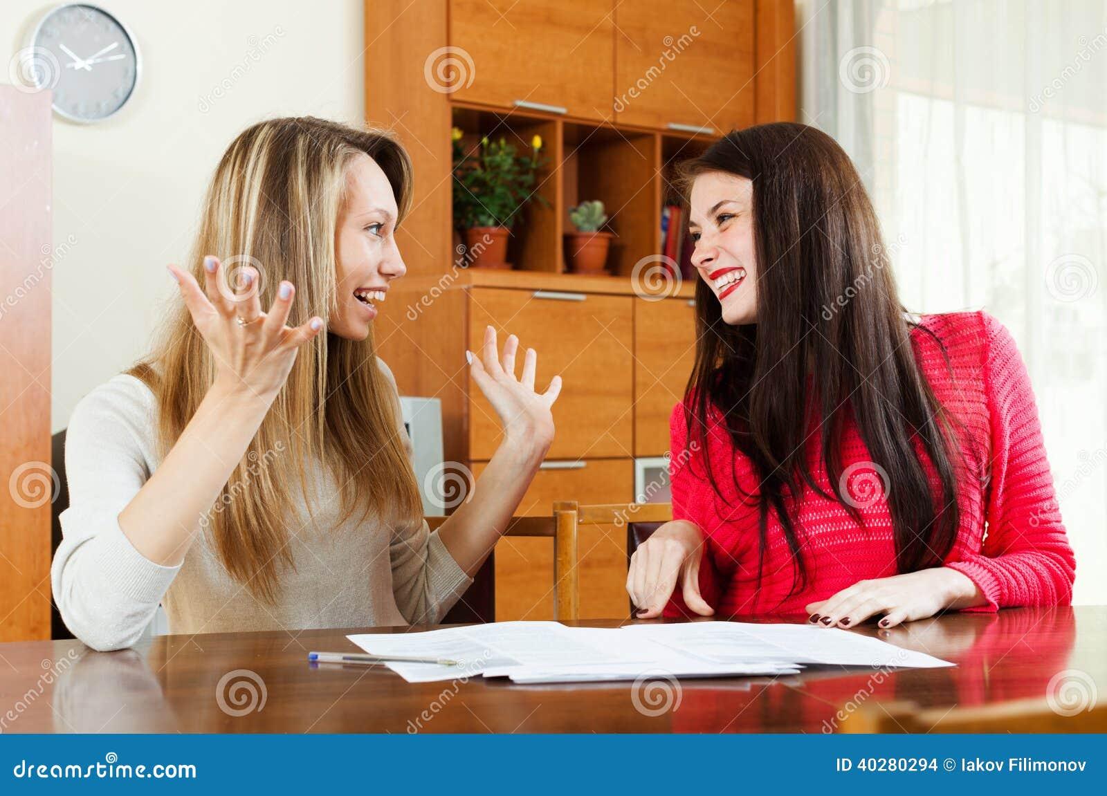 Счастливые женщины с документами на таблице i