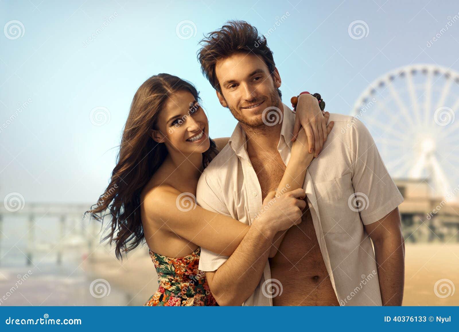 Счастливые молодые пары на песочном пляже летнего отпуска