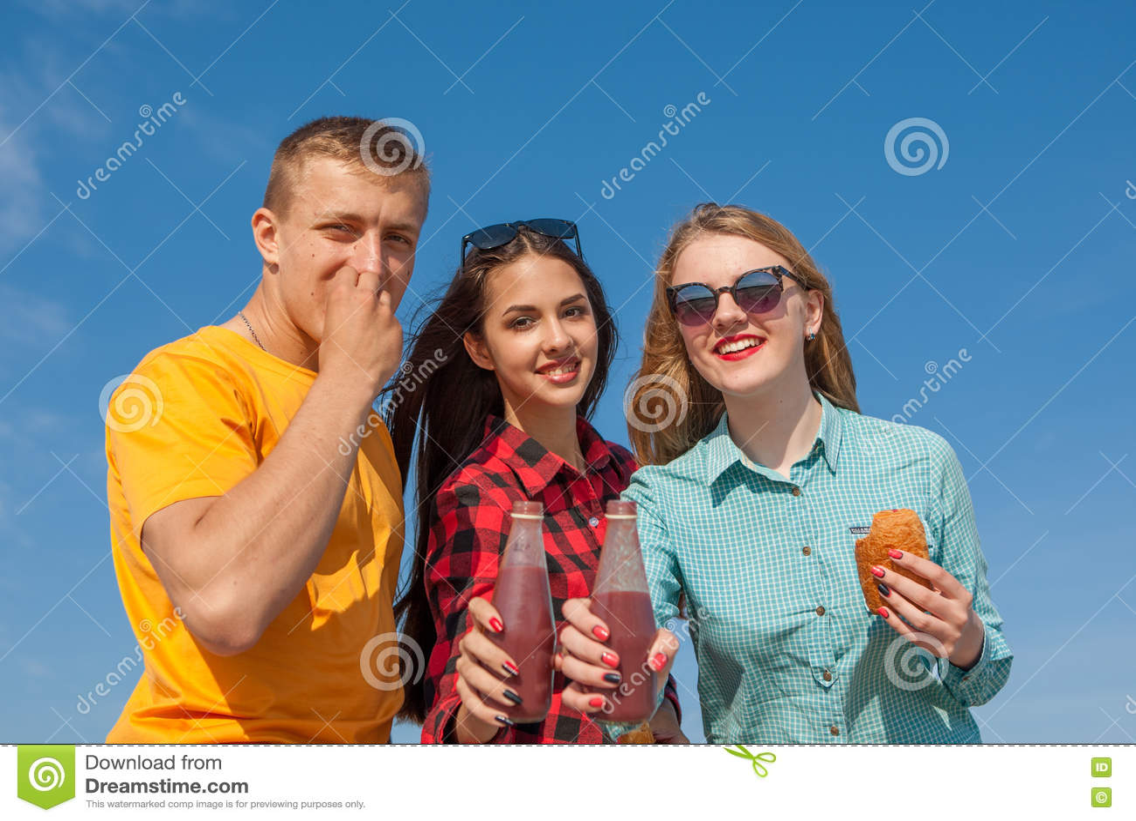 Фото старых две девушки и парень на пляже порнуху