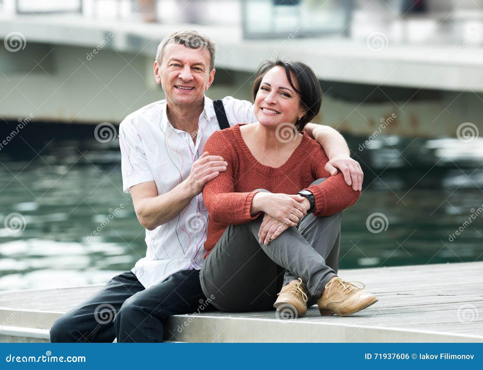 Счастливые пары в влюбленности представляя outdoors совместно
