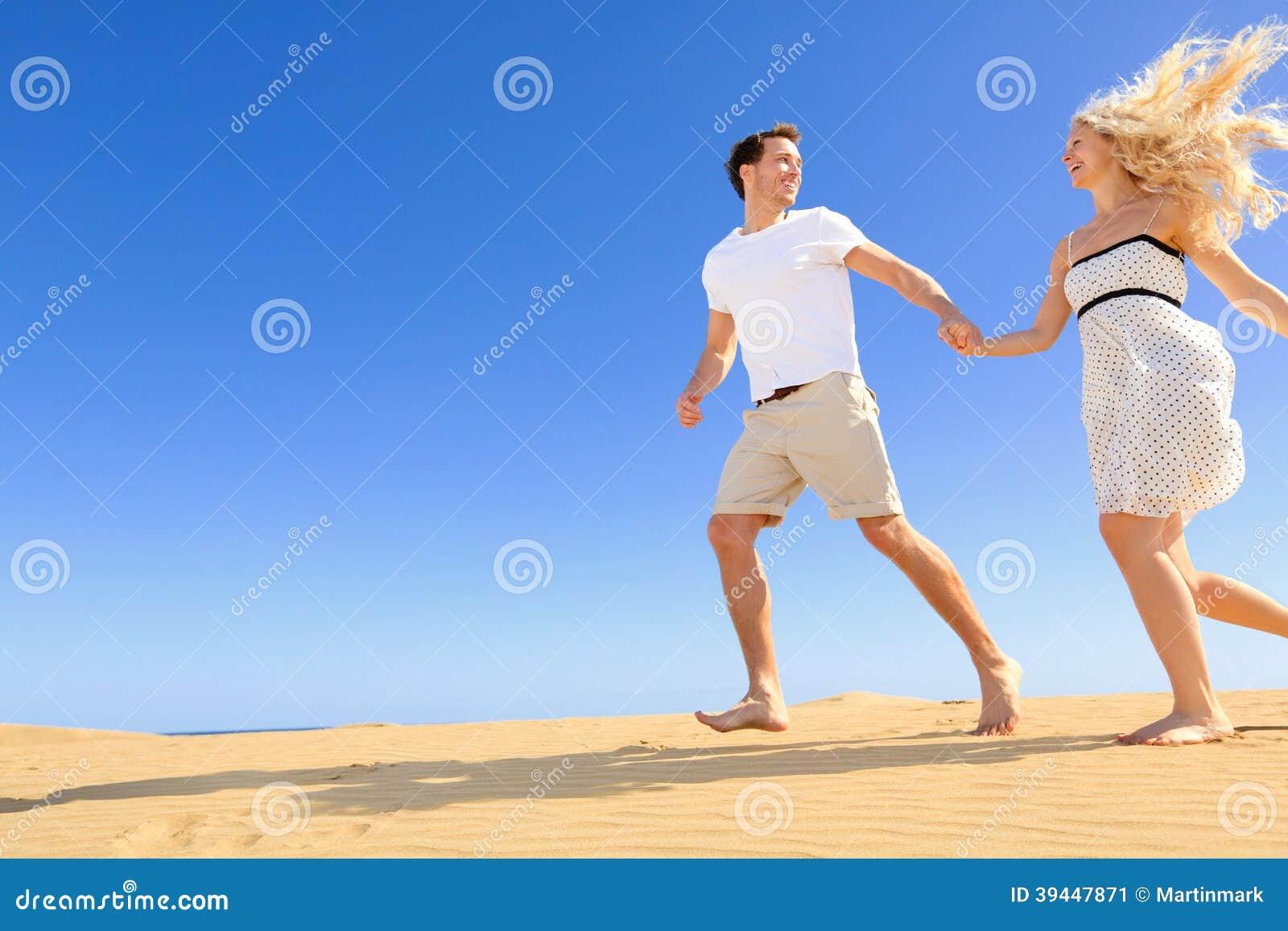 Счастливые пары в шаловливом и романтичном отношении