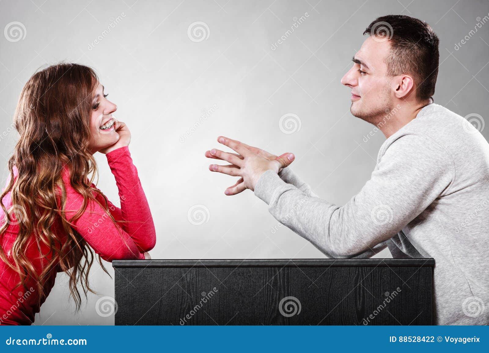 Счастливые пары говоря на дате Переговор
