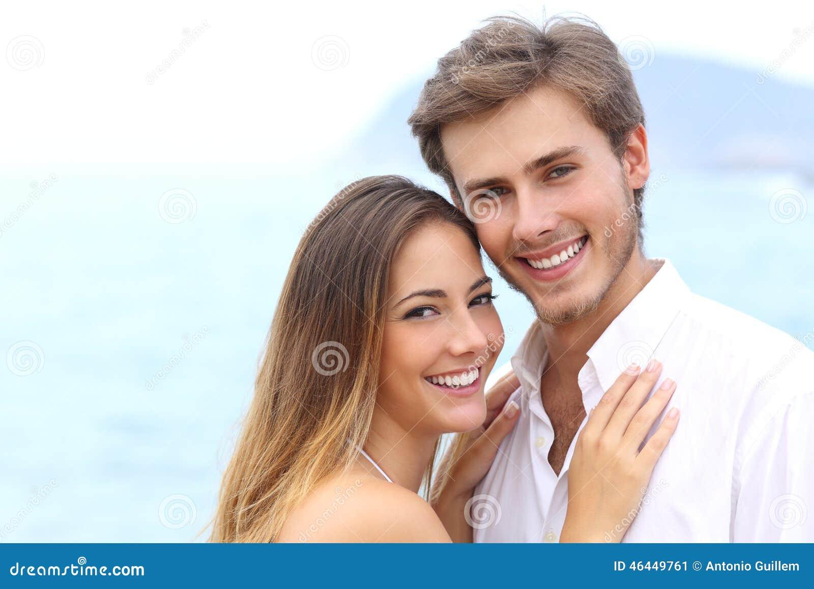 Счастливые пары при белая улыбка смотря камеру