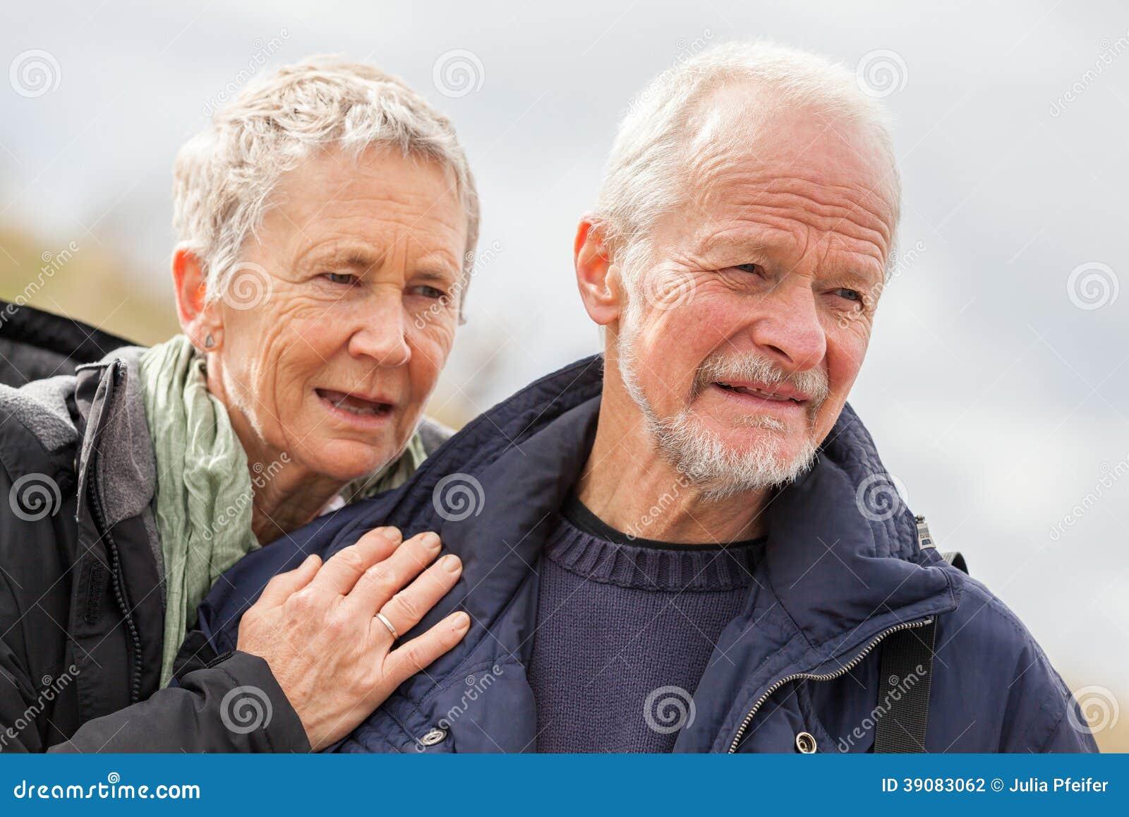 Счастливые пожилые старшие пары идя на пляж
