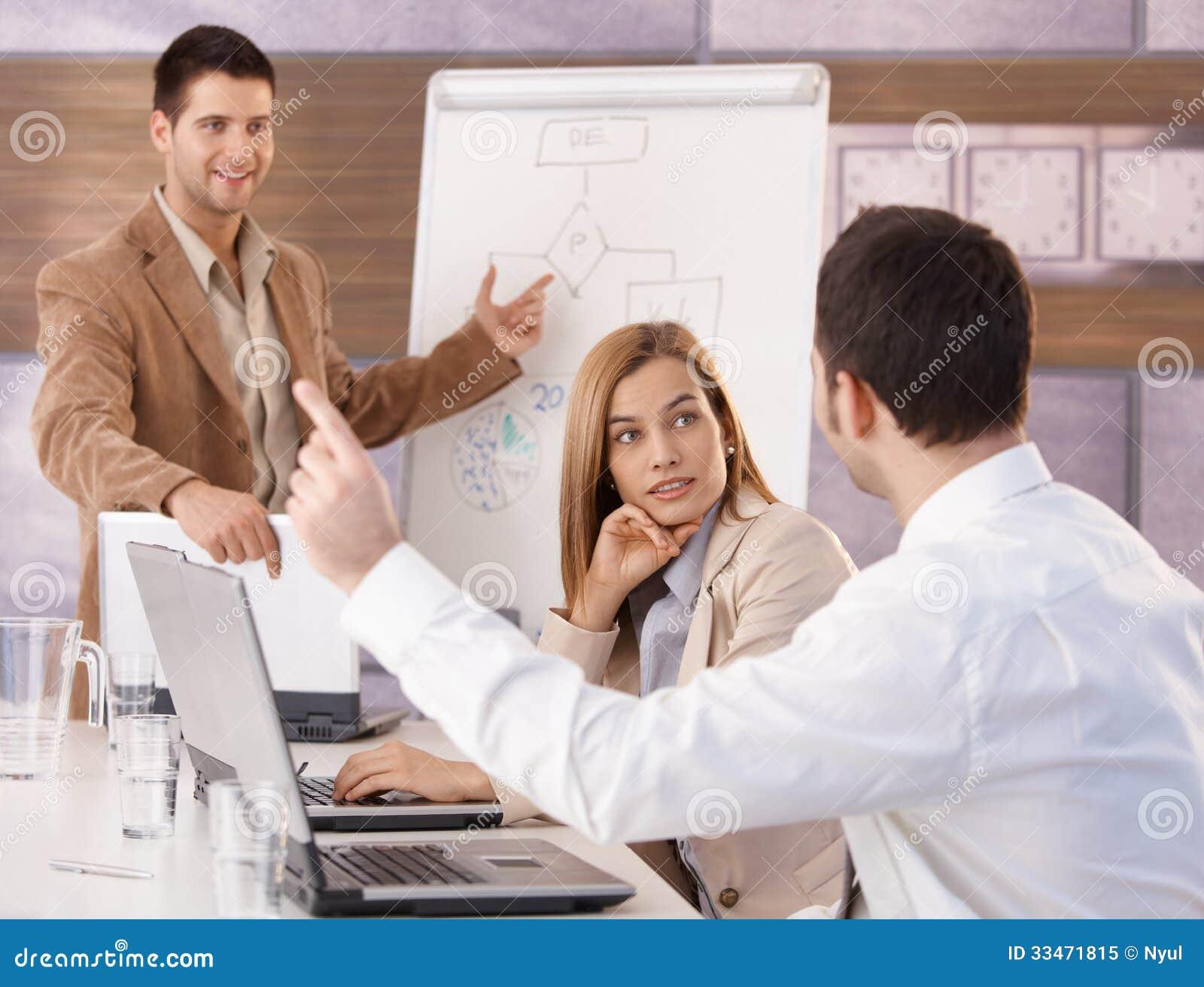 Счастливые предприниматели имея тренировку