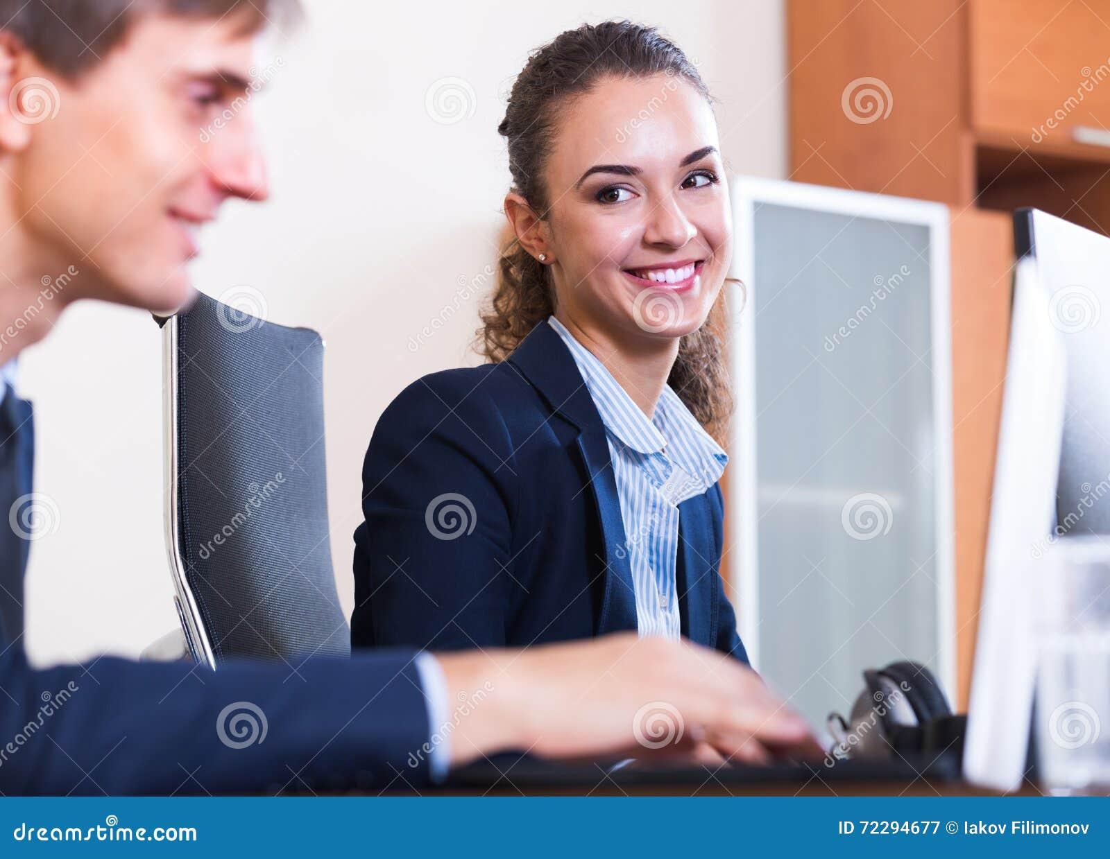 Download Счастливые работники в современном офисе Стоковое Изображение - изображение насчитывающей индустрия, дело: 72294677