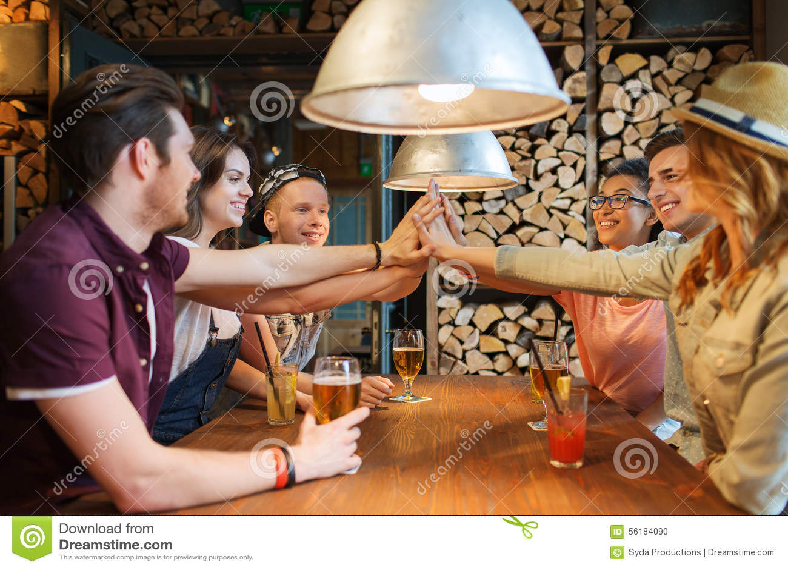 Счастливые друзья при пить делая максимум 5 на баре