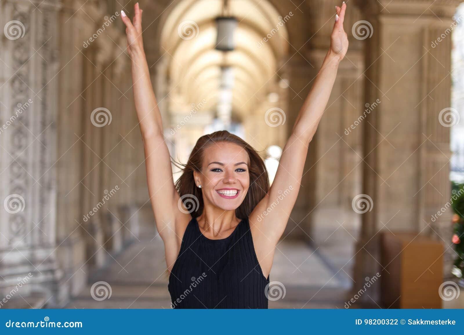 Download Счастливые руки молодой женщины вверх в городе Стоковое Фото - изображение насчитывающей снаружи, естественно: 98200322
