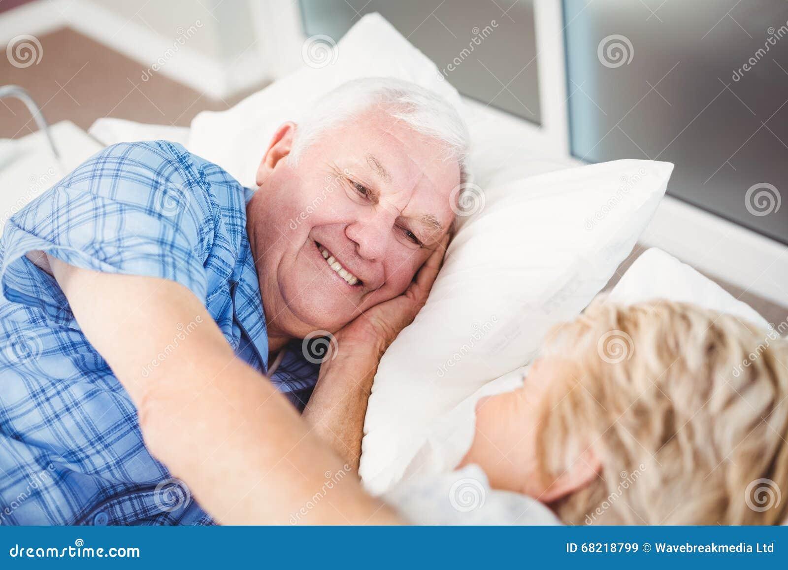 ебут гимнасток русская пожилая пара лежат в кровати были