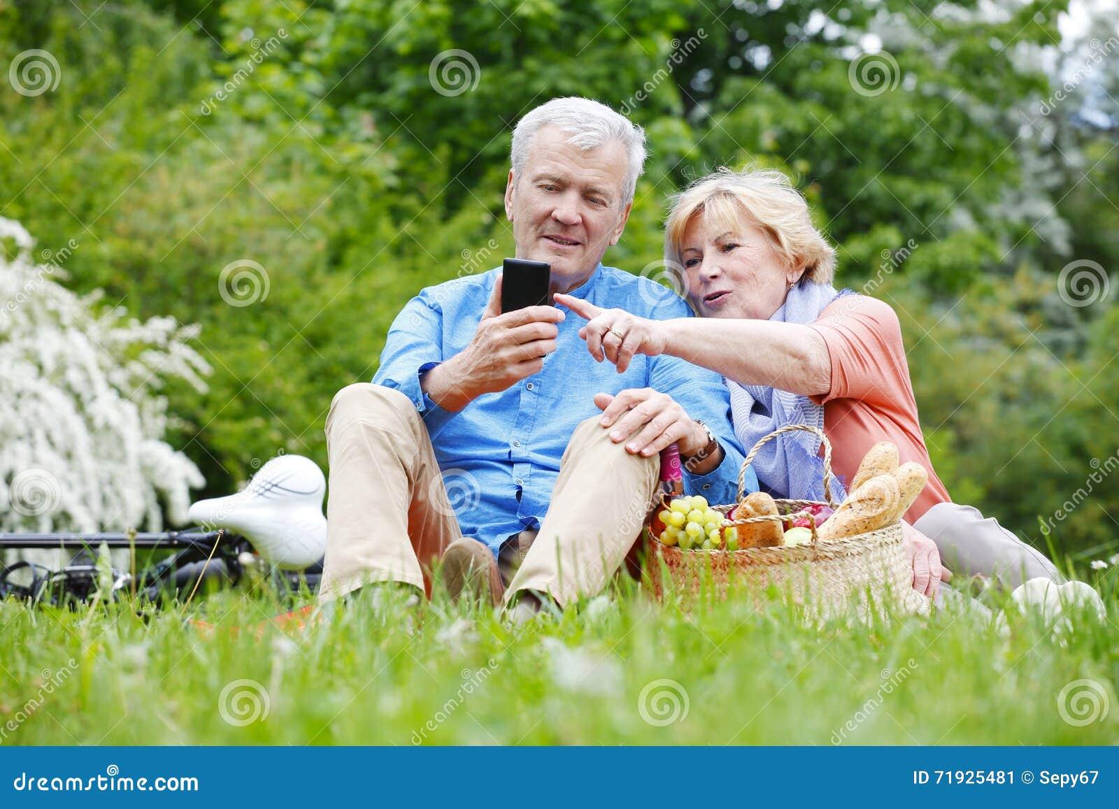 Счастливые старшие пары напольные