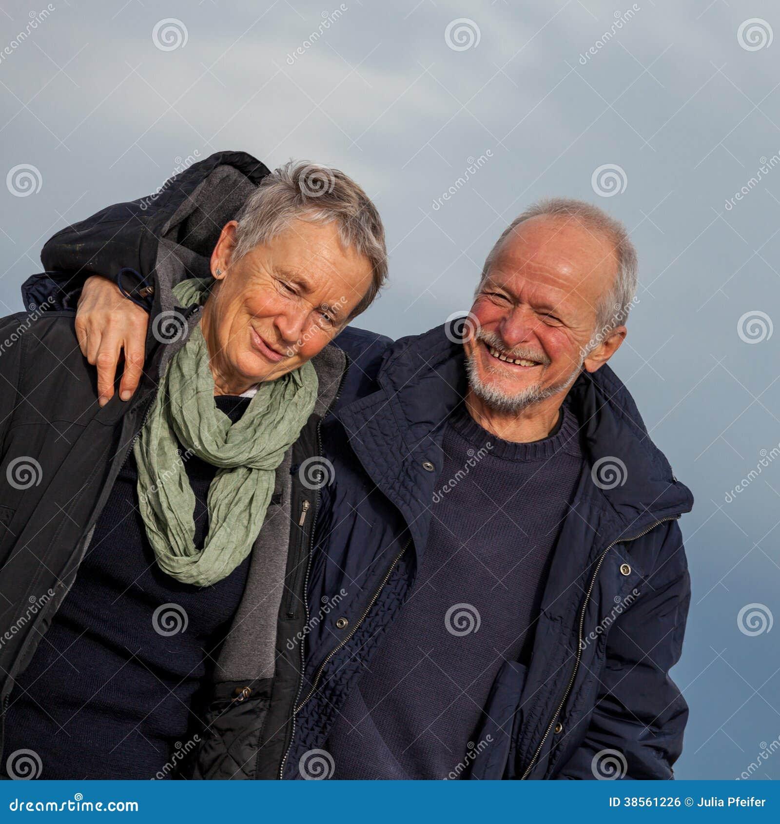 Счастливые старшие пары престарелые совместно