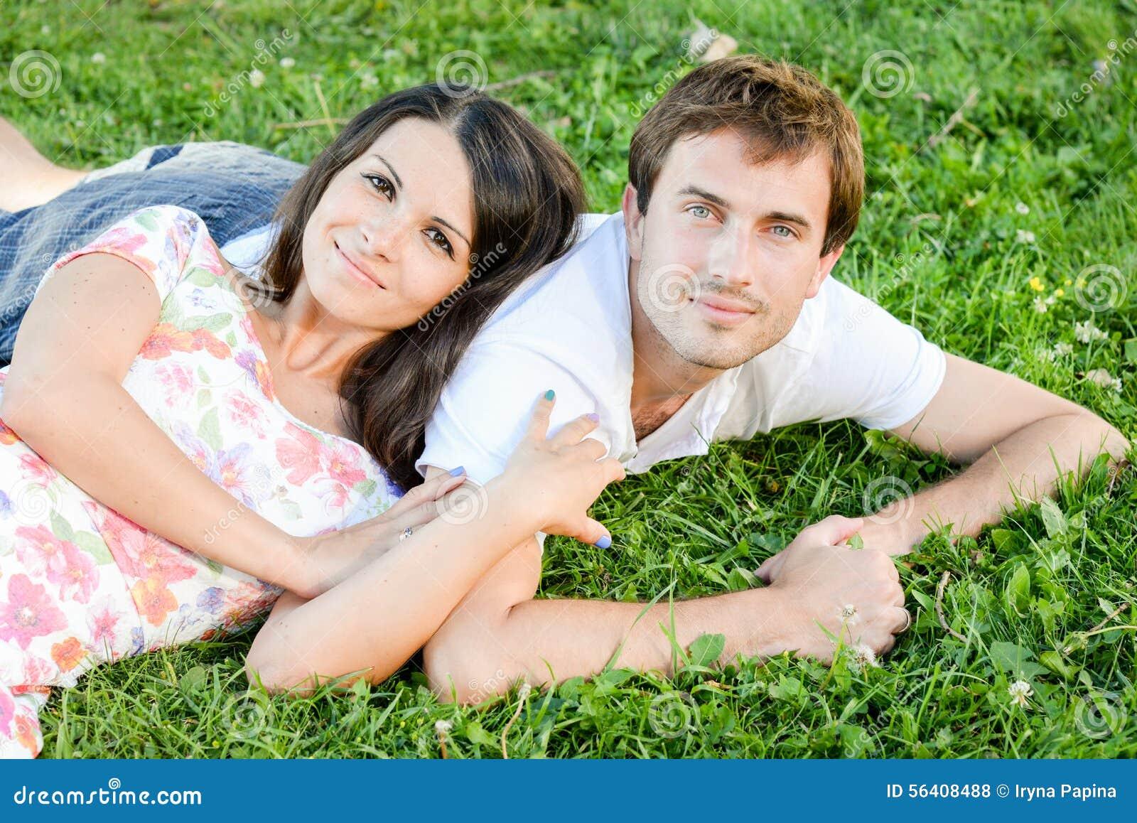 Счастливые любящие молодые пары outdoors