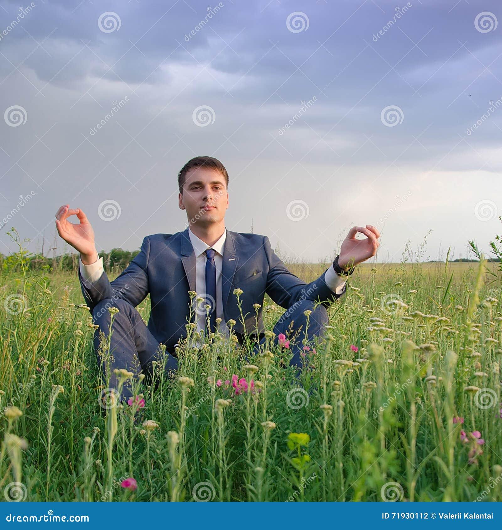 Счастливый бизнесмен внешний делает тренировку йоги