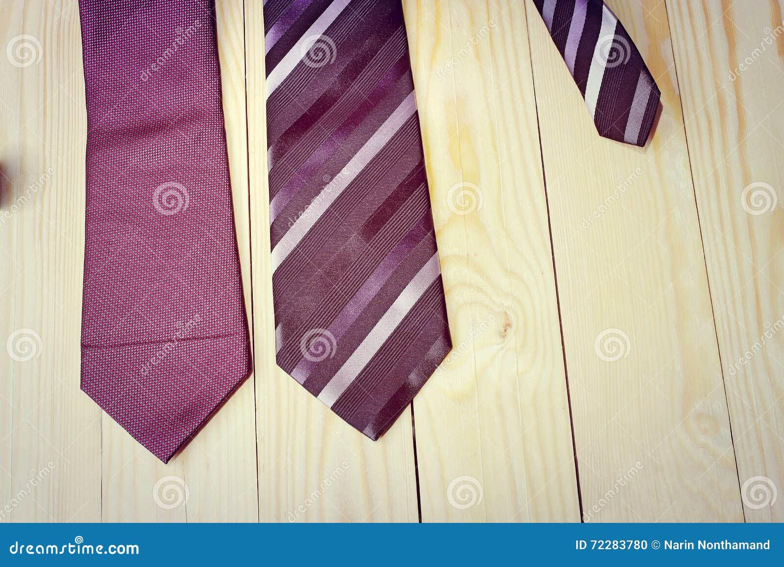 Download Счастливый день отцов с красной, серый цвет и чернота Striped галстук на предпосылке древесины сосны в винтажном стиле Стоковое Фото - изображение насчитывающей черный, отец: 72283780