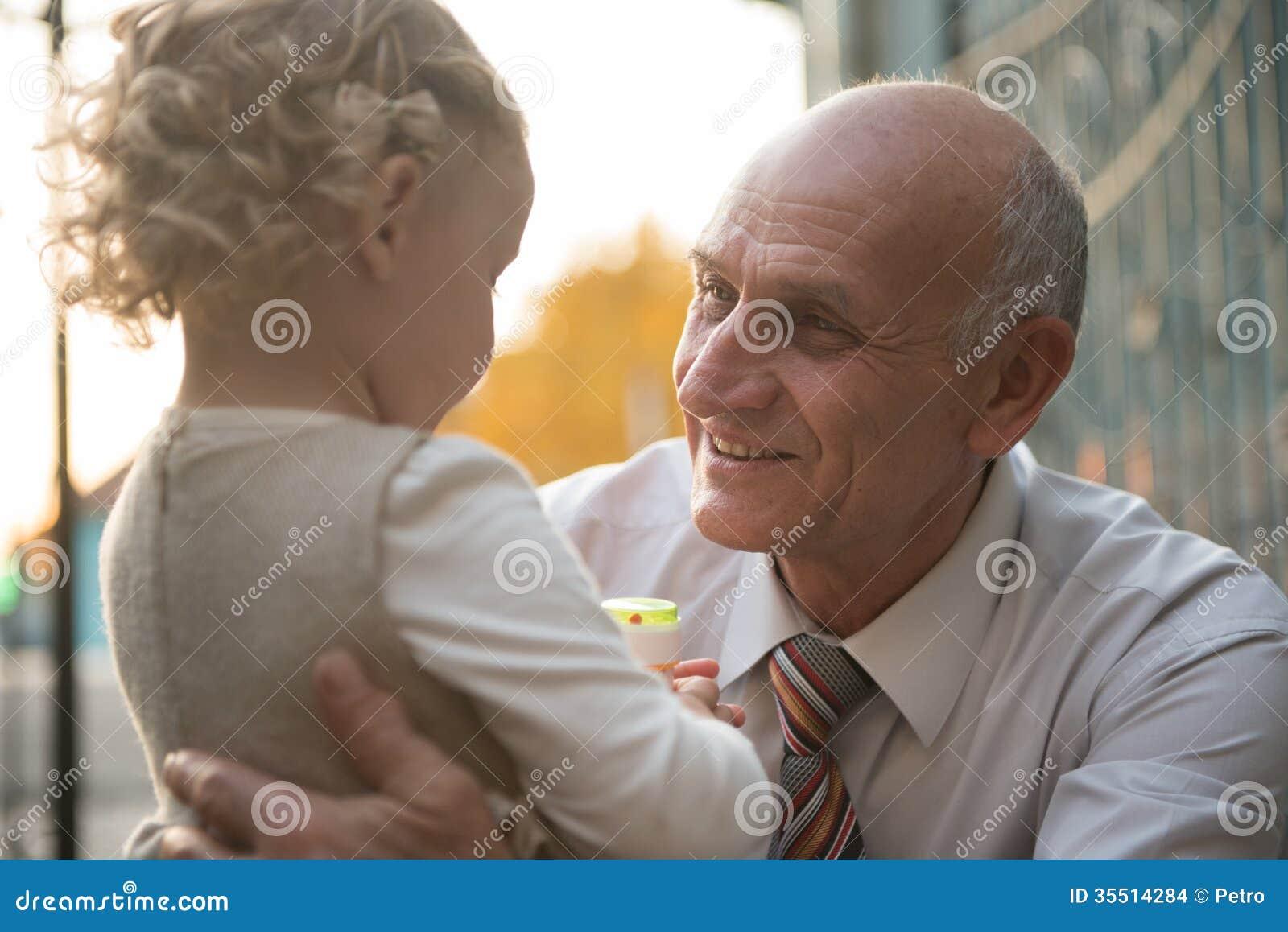 Смотреть дедушка с внучкой 1 фотография
