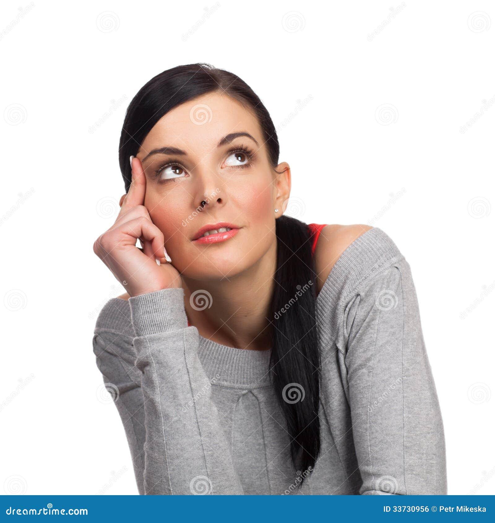 Счастливый изолированный daydreaming молодой женщины